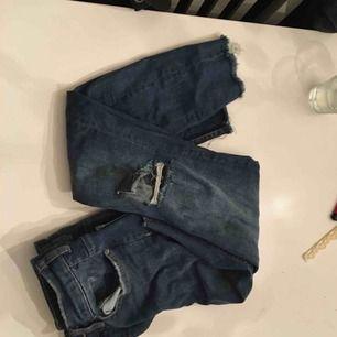 Highwaist blå jeans från hm, hål på knäna knappt använda dvs väldigt fint skick! Skickas mot fraktkostnad
