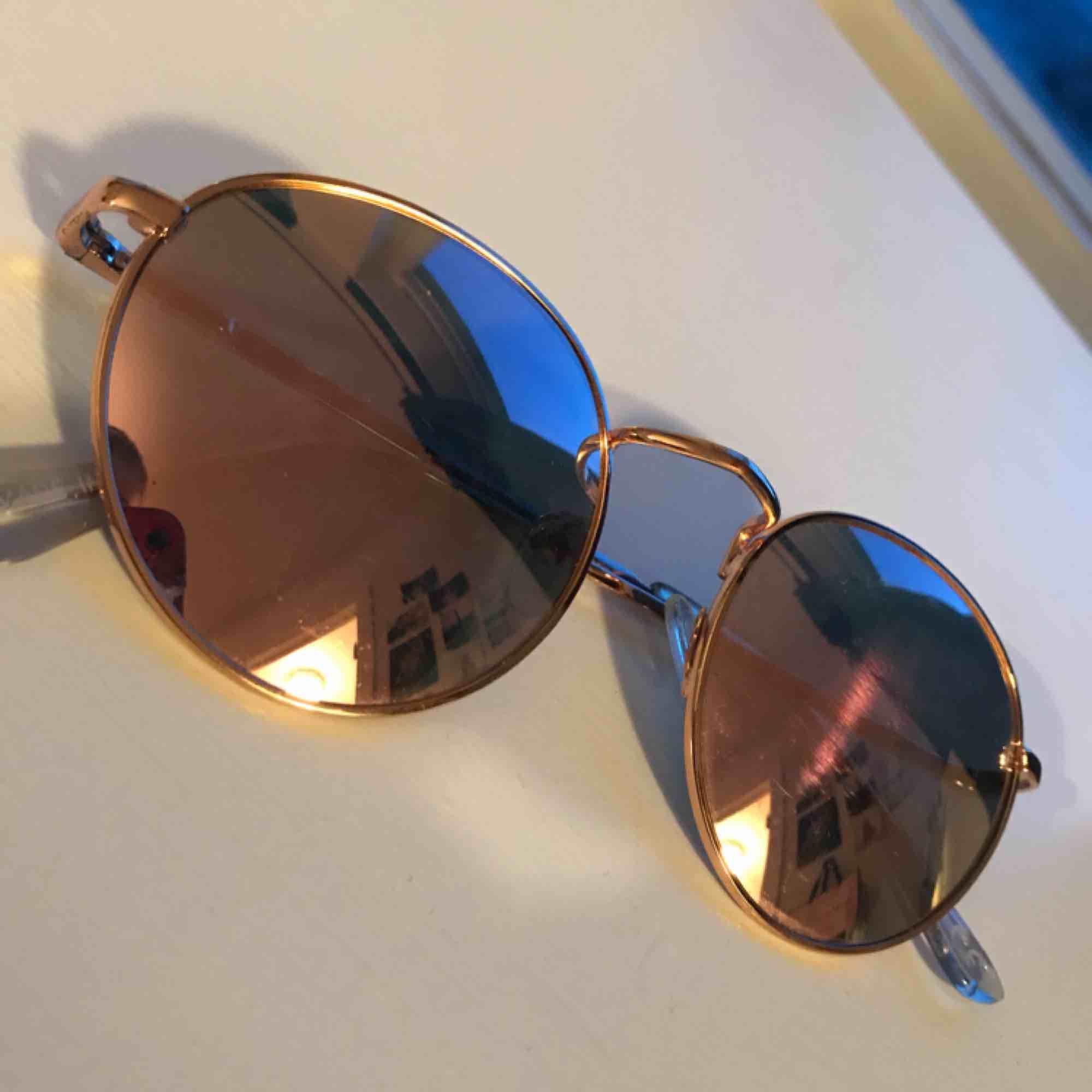 Solbrillor i rosa glas, snygga!. Övrigt.