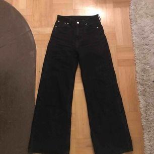 Ace jeans från weekday nypris 500kr, jättefina men säljer för att de har är för små för mig! Lite urtvättat svart färg som fanns där när jag köpte dem, frakt tillkommer