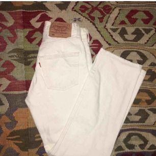 Snygga vintage vita Levis 501! Köpta här på plick men passade inte min midja :( , frakt ingår ✨ W: 25-26