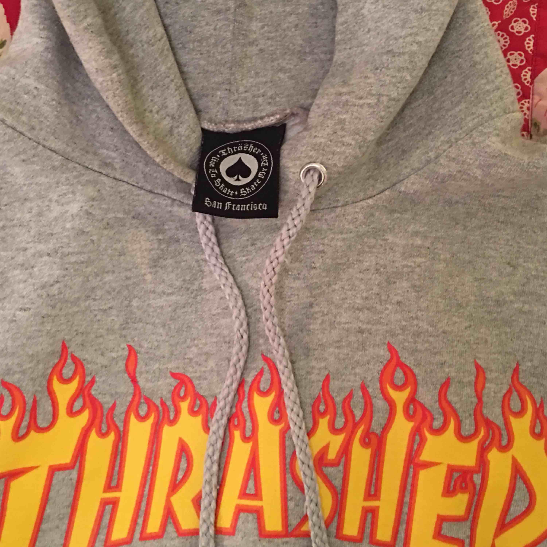 En snygg och självklart äkta thrasher hoodie i bra skick!  . Huvtröjor & Träningströjor.