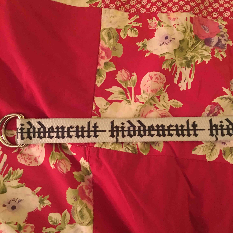 Snyggt bälte från hidden cult med old english font, frakten är inkluderad i priset!. Accessoarer.