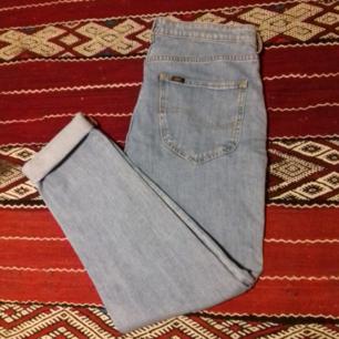 Ljusblå vintage jeans från Lee. Finns ingen storleksmärkning i men jag brukar ha stl 26/27 och dom är för stora på mig så gissar på stl 29/30? Har skärp eller håller ihop dem på bilderna. Midjemåttet är ca 85 cm runtom. Snygga att ha antingen höga i midjan som mom-jeans eller lite lägre på höften på ett mer relaxed boyfriend sätt. Snygga att matcha med extra oversize jacka som på sista bilden. Ps. Jackan på bilden är till salu i en annan annons. Frakt 63 kr.