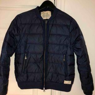 Säljer en mörkblå odd Molly jacka  i bra skick, den är i storlek 2!
