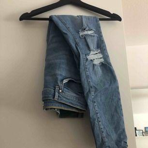 Gina jeans från Gina Tricot. High waist. Använda en gång.   Kan mötas upp i Kalmar annars frakt på 55 kr.