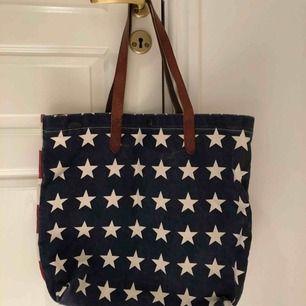 Säljer en helt ny canvas väska från denim⊃ply (Ralph lauren), den har två innerfickor och fina läder detaljer!
