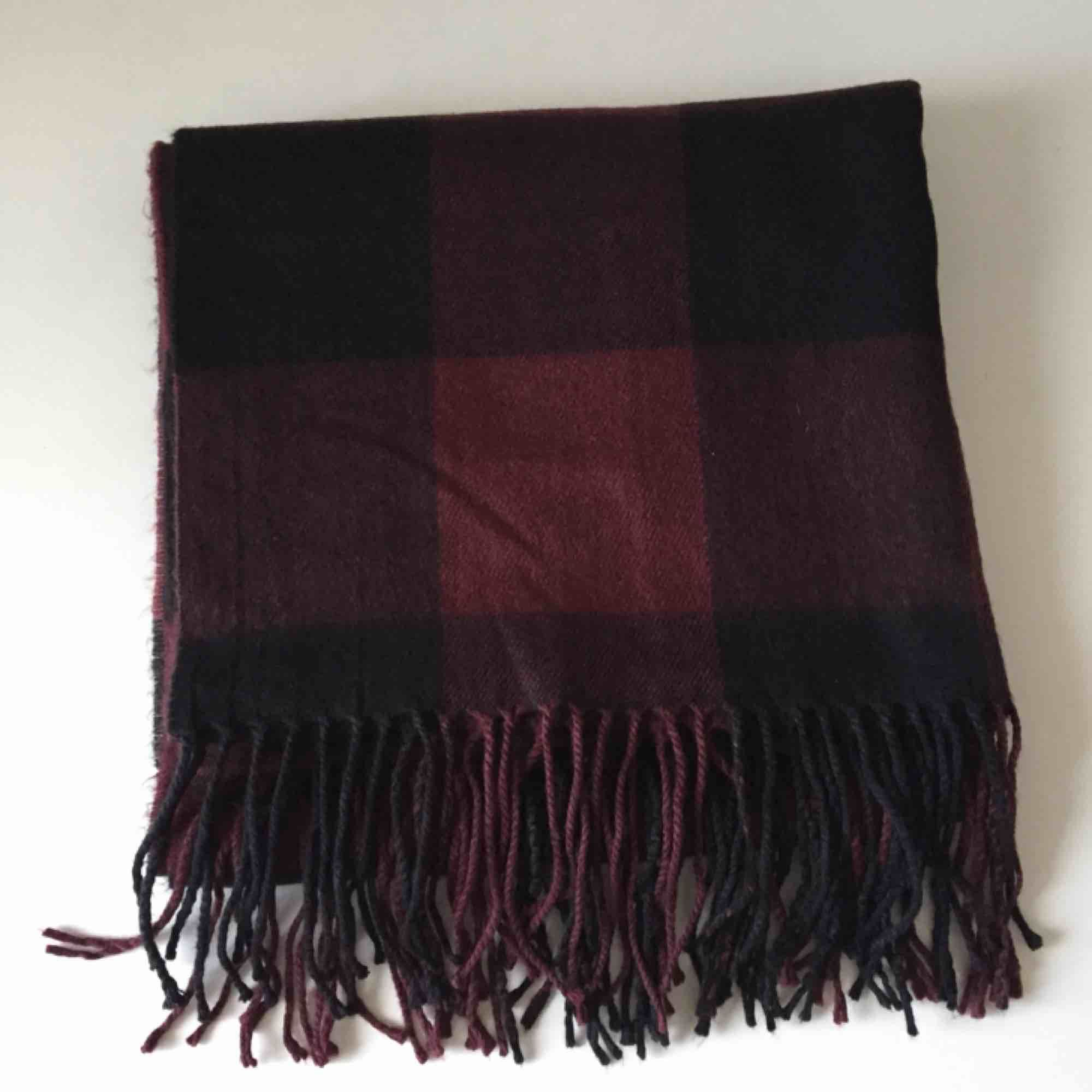 Vinröd svart rutig halsduk från - Monki Accessoarer - Second Hand 6e625d14bc29d