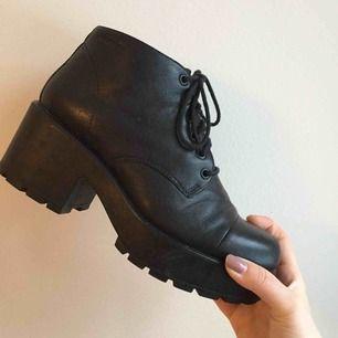 """Jättefina och sköna skor från Vagabond. Modellen """"Dioon"""" i storlek 39. Fint skick. Möts upp i Stockholm, annars står köparen för frakt!"""