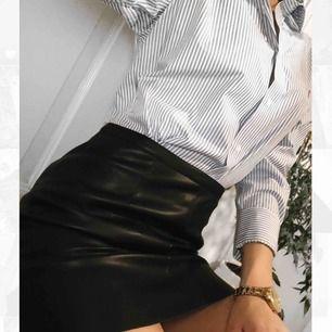 """En fin """"läder""""  kjol från Cubus i stl 36! Kjolen är helt ny samt har man aldrig använd den(:"""