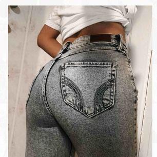 Snygga blåa jeans från Hollister, med bra skick! Har bara använd de en gång till en bild, men annars OANVÄND(: