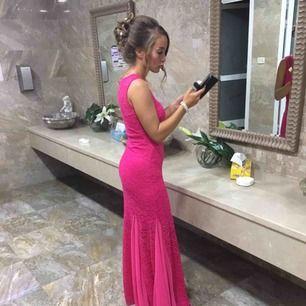 Super fin klänning, använd endast på ett bröllop en gång sedan har den bara legat i garderoben. Ingen bh behövs användas under klänningen då de redan finns inlägg.