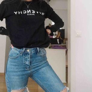 Ett par ankle jeans, med slitningar. Nästintill ny.