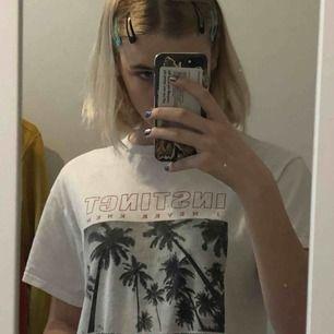 Vit tshirt med tryck från urban outfitters, köpt för kanske 300/350kr