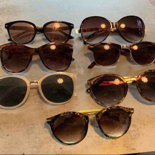 Olika solglasögon i onesize storlek. Jag vill ha 30 kronor styck eller alla för 200