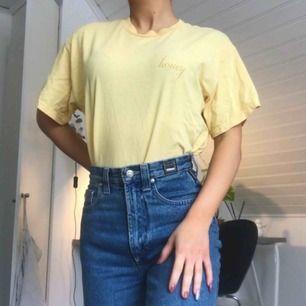 Gul t-shirt från Brandy Melville i väldigt bekvämt tyg. Använd men inga slitningar elr fläckar. ONESIZE men passar XS/S/M. Köparen står för frakt 🐝