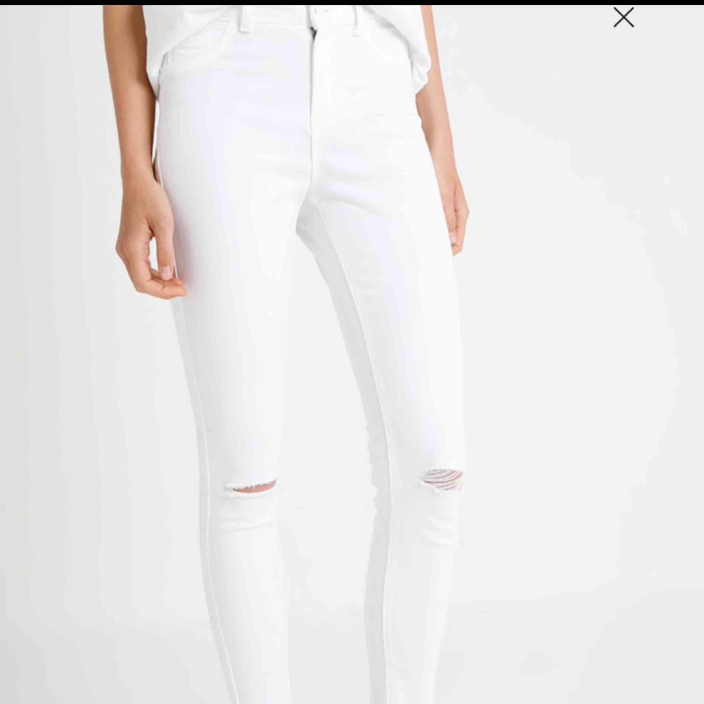 Skitsnygga vita jeans. Använda 1 gång då jag tyckte dom satt för tight. Kontakta för fler bilder. Rätt säker på att dom är från Zara. Jeans & Byxor.