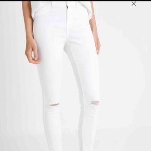 Skitsnygga vita jeans. Använda 1 gång då jag tyckte dom satt för tight. Kontakta för fler bilder. Rätt säker på att dom är från Zara
