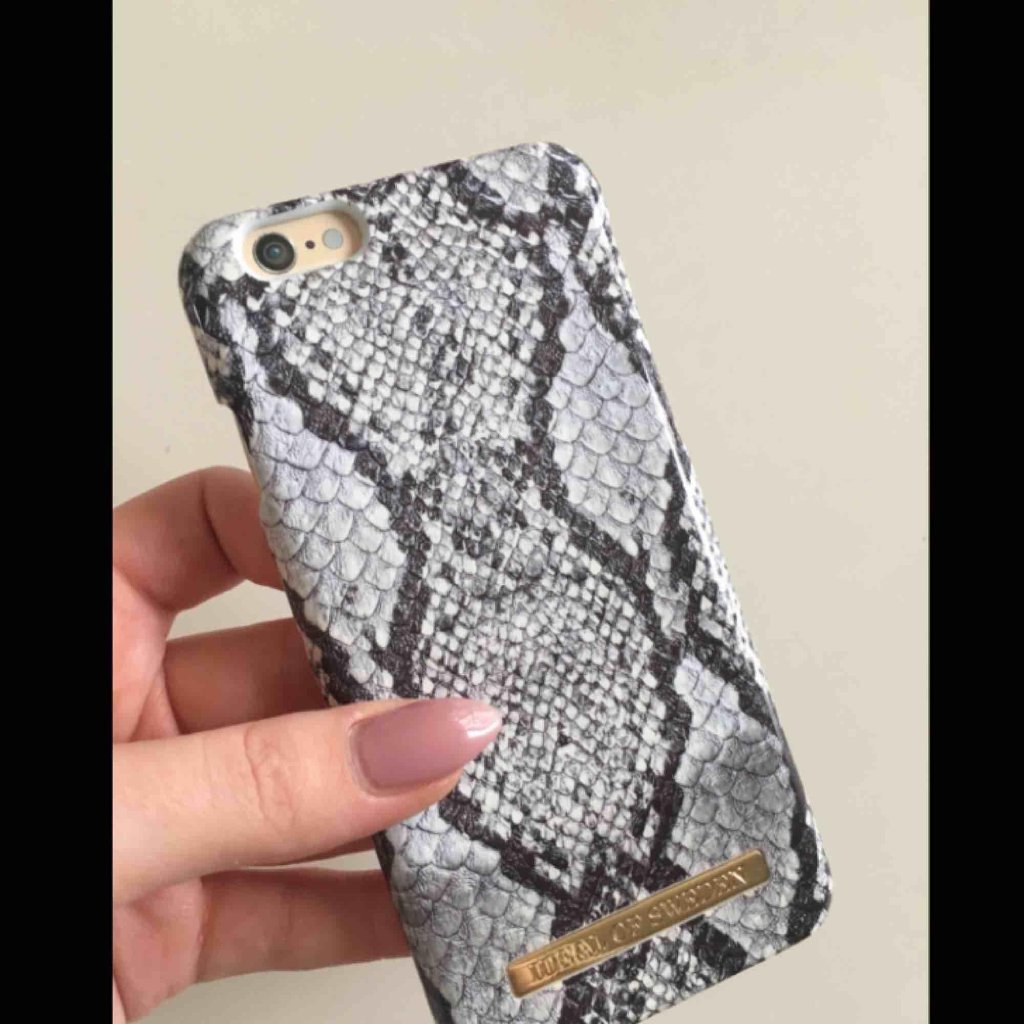 Idealofsweden skal som är använt ett fåtal gånger. Säljer pga ny mobil så kan inte använda skalet längre. Passar iPhone 6 och 6s. Nypris 299 säljes för 100kr. . Accessoarer.