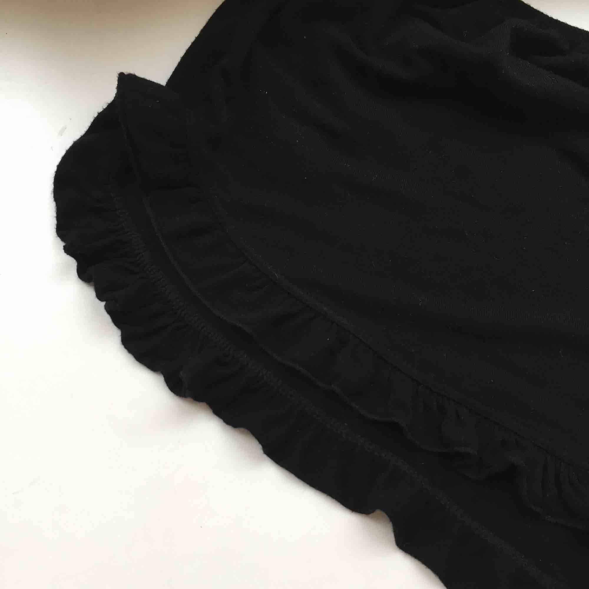 Supergulliga shorts från Brandy Melville med romantiska volanger ✨. Shorts.