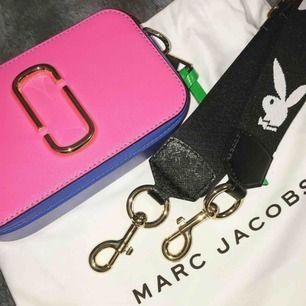 Marc Jacobs snapshot väska. Köpt på NK 3200kr och har använt 1 gång. Säljer nu för 2300:-