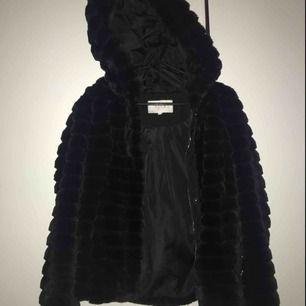 Hej! säljer nu min fluffjacka från vila, självklart fake-päls och säljes pga ingen användning. använd max en gång och är i strl 38. inköpt för 800kr och priset kan diskuteras vid snabb affär! köparen står för frakt.