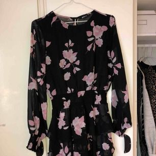 Blommig klänning med volangkjol från Gina Tricot i storlek 38, använda en gång, frakten är inräknad