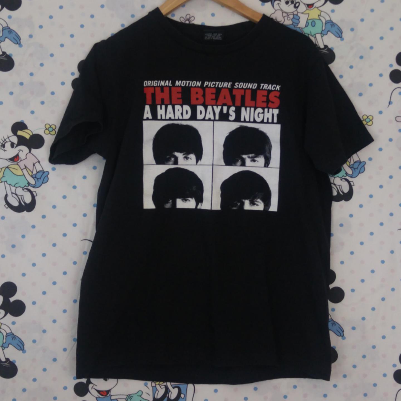Så snygg beatles t-shirt köpt secondhand. Tryck både fram och bak. Använd men i helt skick, köparen står för frakten! Samfraktar gärna 😊👍. T-shirts.