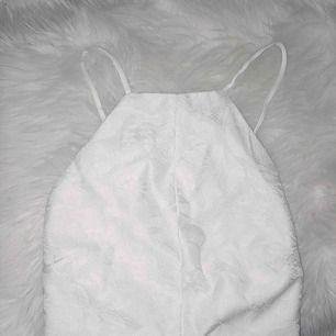 Snygg spetsklänning från brandy Melville Öppen rygg och dragkedja där bak Använd en gång, superfint skick Hämtas upp hemma hos mig eller fraktas mot fraktkostnad