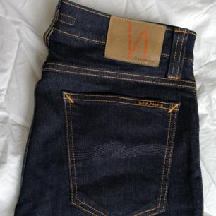 Snygga mörkblå Nudie jeans.  Modell: tube Kelly blue strikey