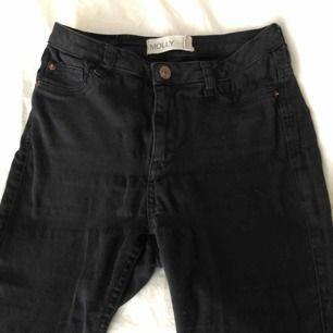 Molly high jeans från Gina Tricot. Färg svart.