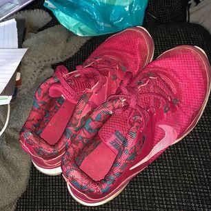 Träningsskor från Nike i bra skick. Knappt använda. Strlk 38, väldigt bekväma. Köparen står för frakten🐻