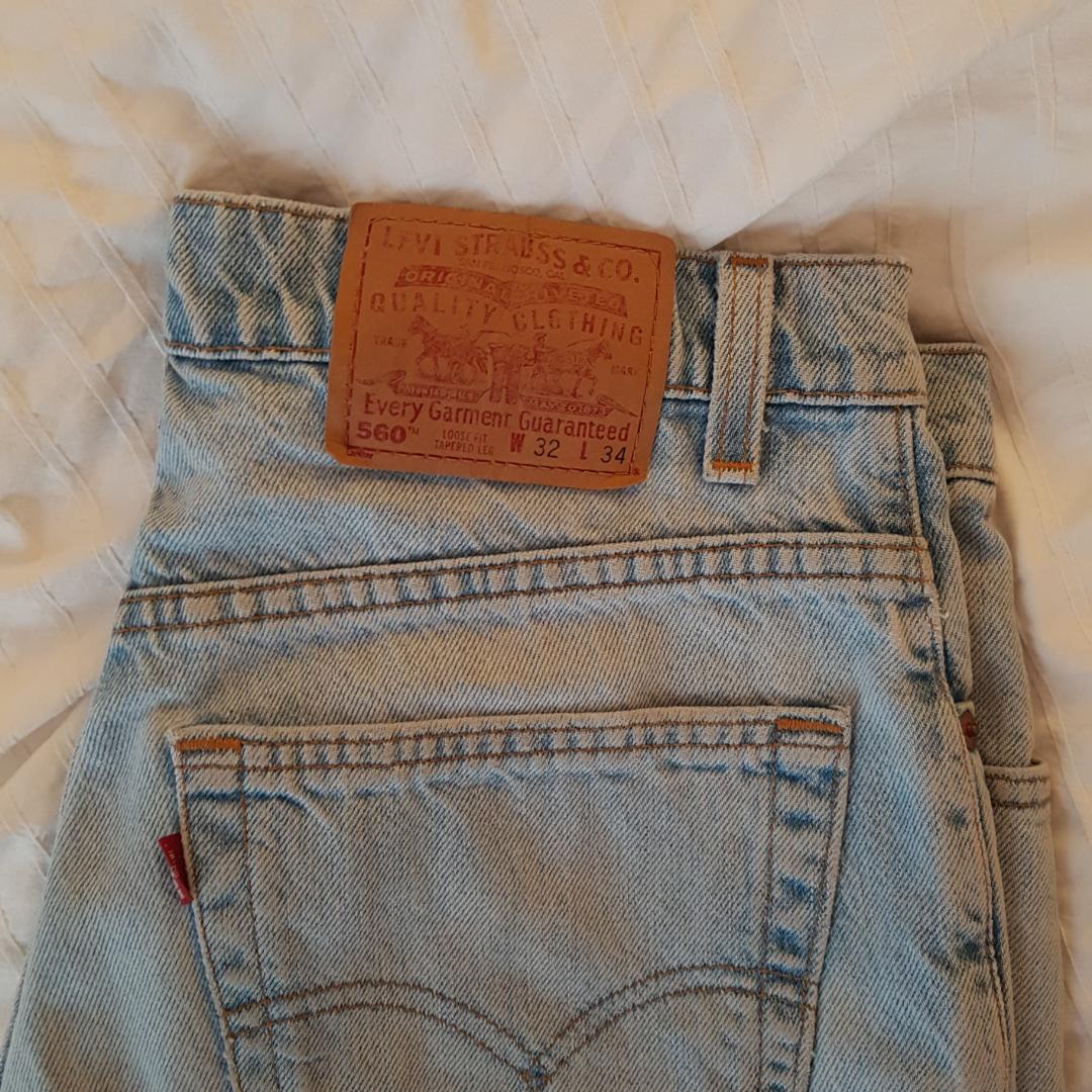 Ljusblå Levis-shorts i storlek W32L34 (typ en M), säljes billigt pga garderobsutrensning . Shorts.