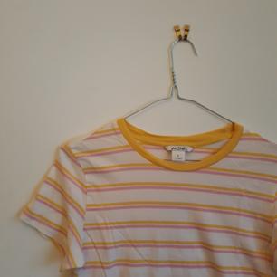 Randig T-shirt från Monki, knappt använd