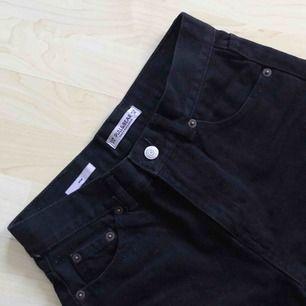 Mom-jeans från Pull & Bear. Strl 34, dock stora i storleken. Bara använda en gång, så de är i nyskick!