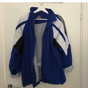 Sjukt cool och snygg wind breaker! Väldigt snyggt att kombinera den med andra vintage kläder. Använt två gånger och ör i väldigt bra sick. Köpt för 300 men säljer för 100. Betalaren står för frakt!