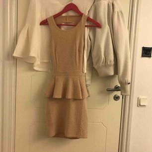 nly klänning beige korsad i ryggen