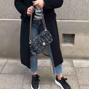 Assnygg väska i nyskick vars axelband går att ha tvärs över bröstet, 200kr (spårbar frakt på 59kr med DHL eller 63kr med postnord) ✉️🕊