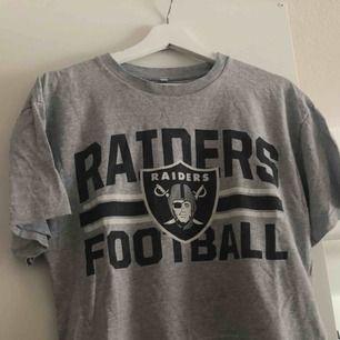 Oakland Raiders crop Top. Vintage. Använd en gång.   Kan mötas upp i Kalmar, annars står köparen för frakt på 39 kronor
