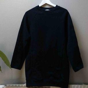 Acne sweatshirt modell som går över rumpan. Stl xs men passar mer s.
