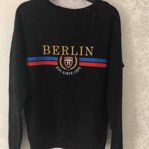 Fin tröja som är lite oversized i XS, passar en S! Frakt: 20kr❤️
