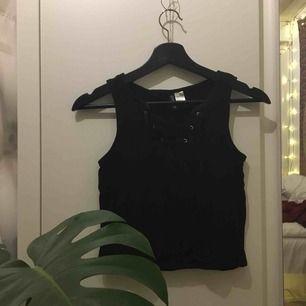 En basic fast cool svart tröja/ linne med en fin snörning över bröstet! Passar till allt och sitter tajt och snyggt kring kroppen!💕köparen står för frakt: 36kr