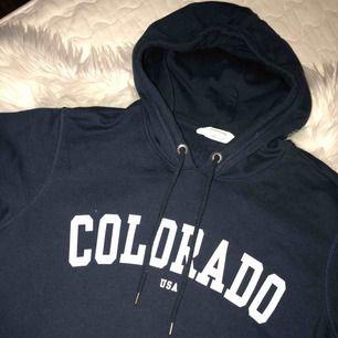 Mörkblå hoodie Hämtas upp hos mig eller fraktas mot fraktkostnad