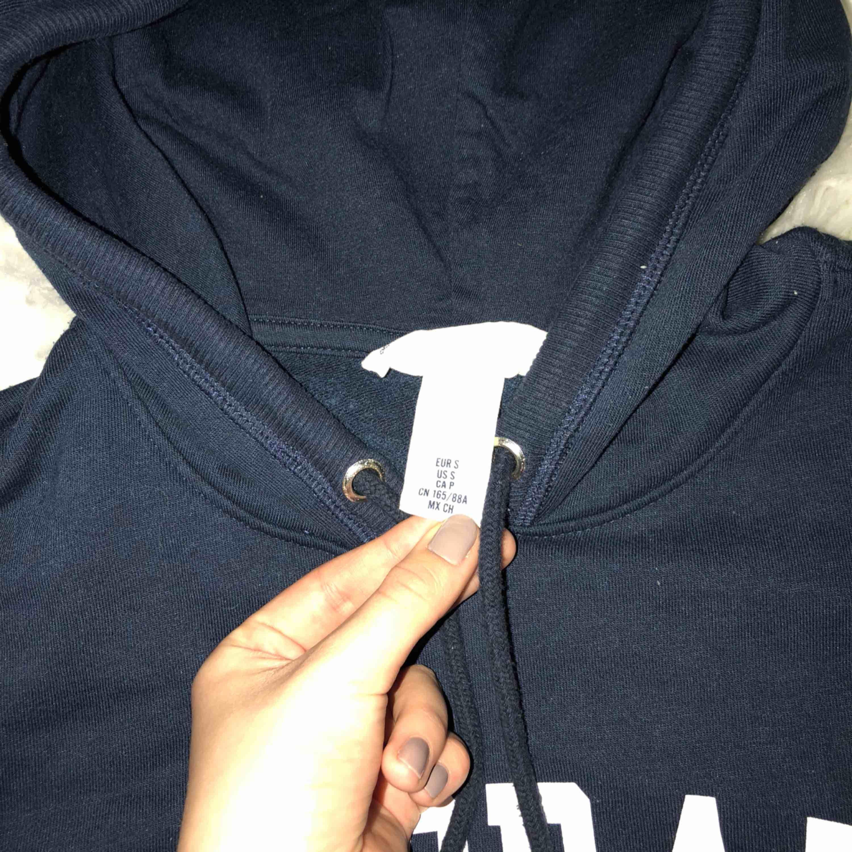 Mörkblå hoodie Hämtas upp hos mig eller fraktas mot fraktkostnad . Huvtröjor & Träningströjor.