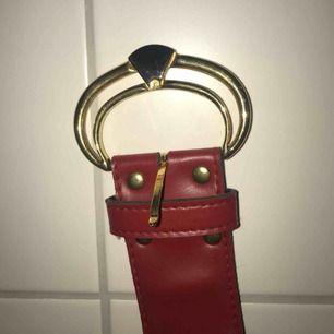 Fint rött fakeläderbälte.  DM för mer info. Köpare står för frakt. Ca 18kr.