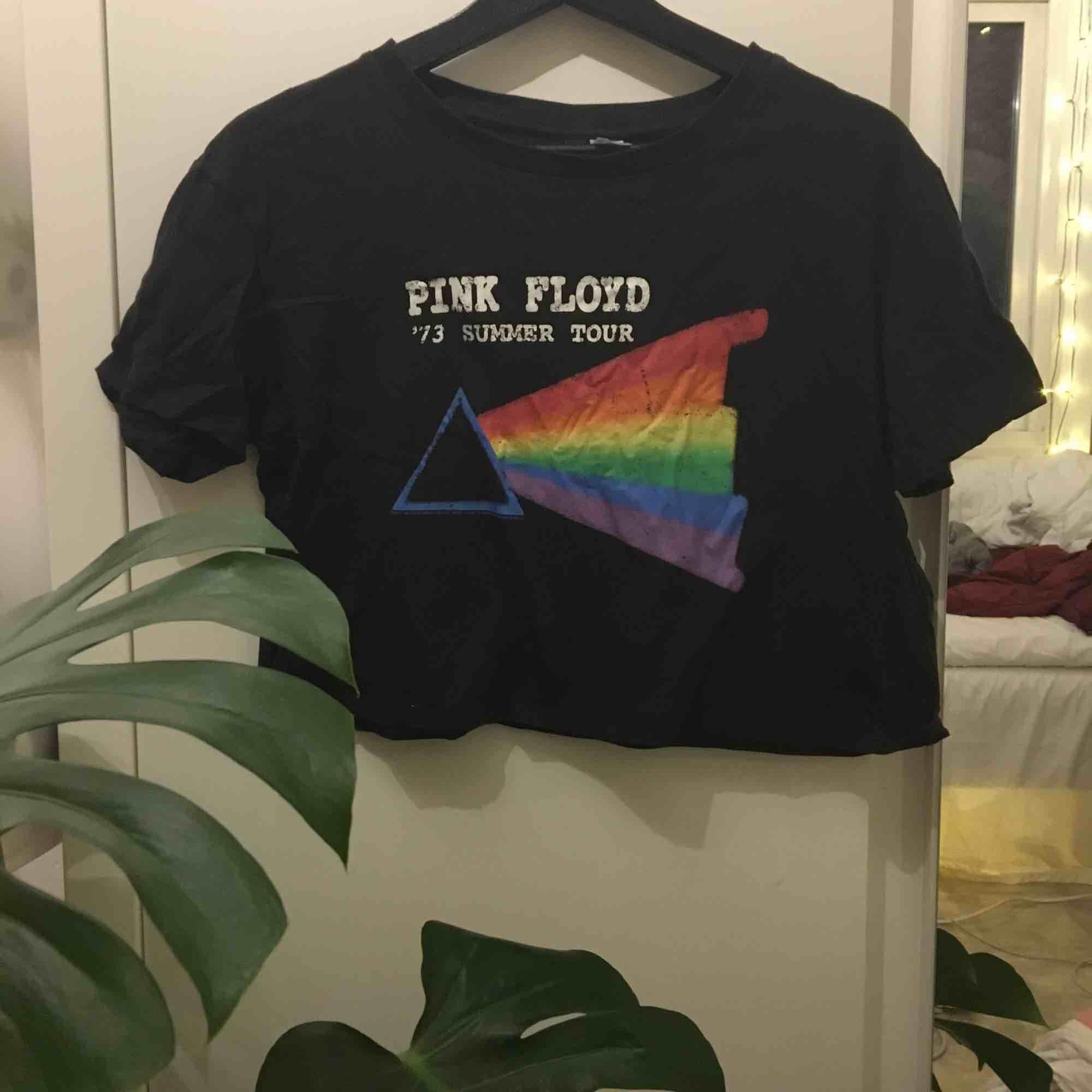 En sååå fin croppad tröja med pink Floyd på! Den passar till allt och den är cool till både fest och vardag!🖤 köpare står för frakt:36kr. Toppar.