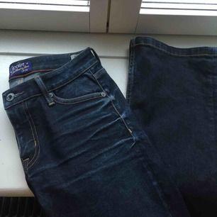 Mörkblåa bootcut jeans från crocker i mycket fint skick! Nypris ca. 1000kr