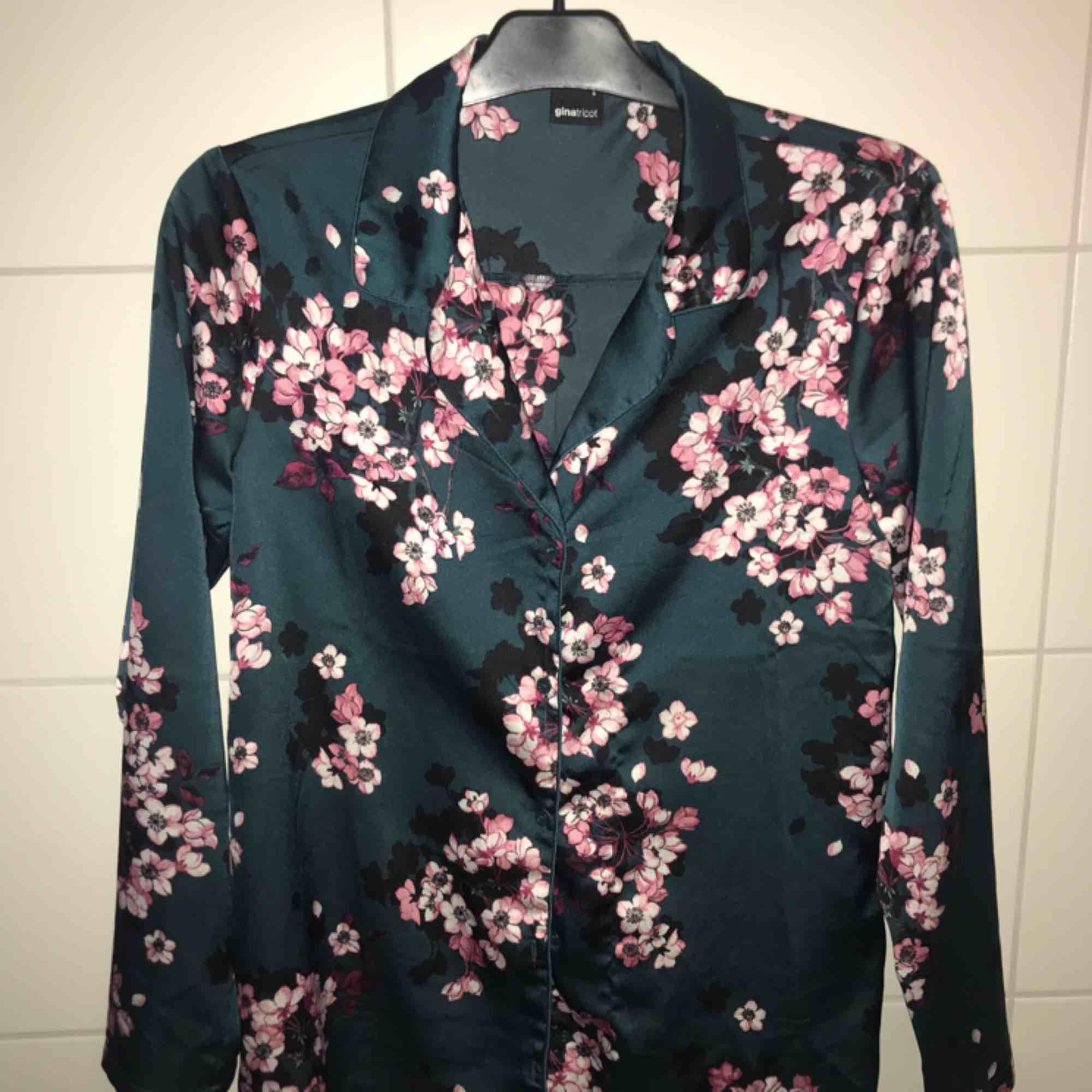 Jättefin blus från Gina Tricot. Blankt tyg. DM för info. Säljer pga kommer aldrig till användning.. Skjortor.