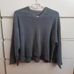 Vintage croppad blå tröja. Har croppad den själv. Storlek L men passar även s som mig som lite oversized. Vet inte om den är äkta CK men är från 90 talet och bra kvalité.