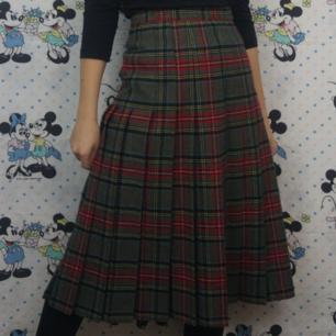 Superfin retro kjol i storlek 36, kan mäta midjemåttet om någon är intresserad! Köparen står för frakten, samfraktar gärna 😊👍