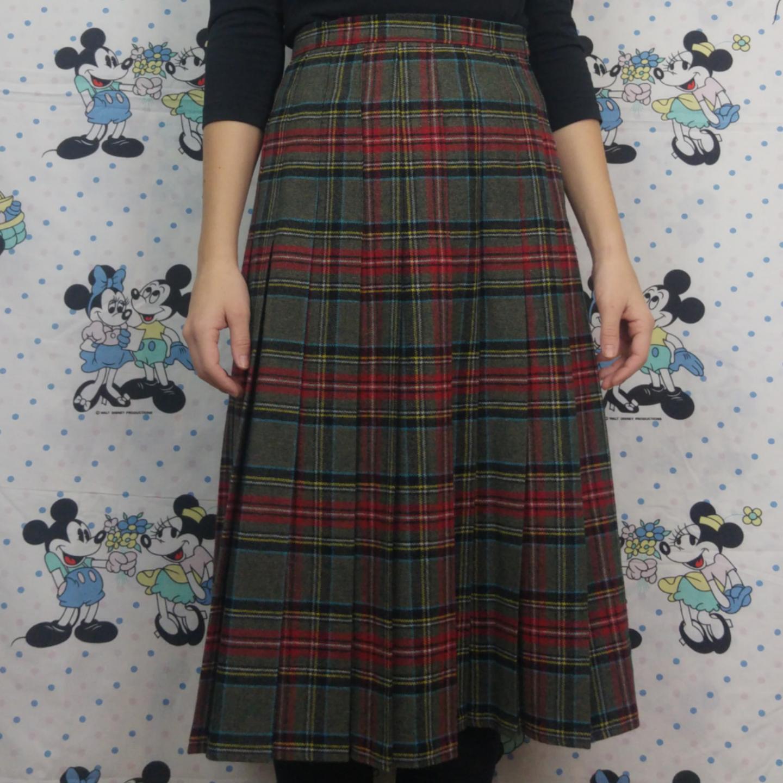 Superfin retro kjol i storlek 36, kan mäta midjemåttet om någon är intresserad! Köparen står för frakten, samfraktar gärna 😊👍. Kjolar.